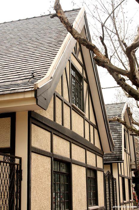 屋面檐口处有折坡,并有棚屋形老虎窗