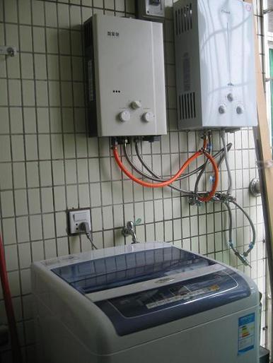 热水器、洗衣机、煤气瓶(老家还没有管道煤气)放在生活阳台(厨房