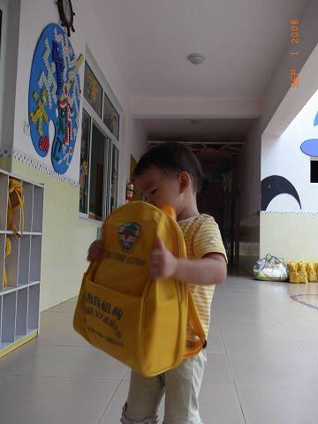 转晶晶幼儿园的书包和被子