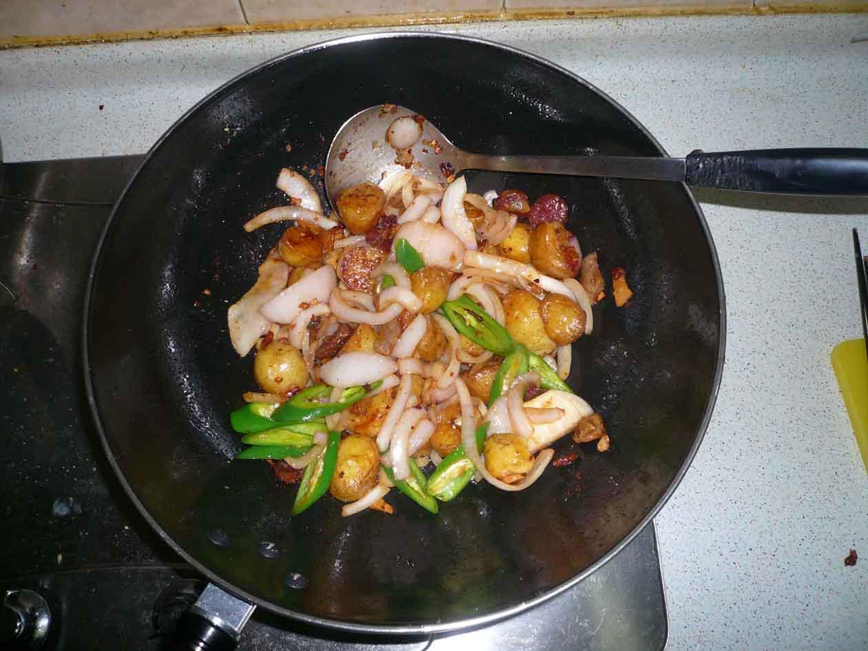 跟凤凰卫视美女私房菜学的:薯仔洋葱炒腊肉