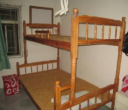 转让自用实木二层床,床头柜等等(内空)