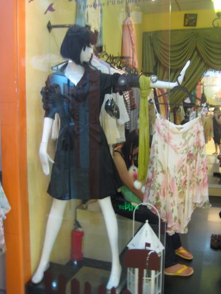 转让服装店欧式入墙货架+收银台+华丽窗帘+模特+镜子