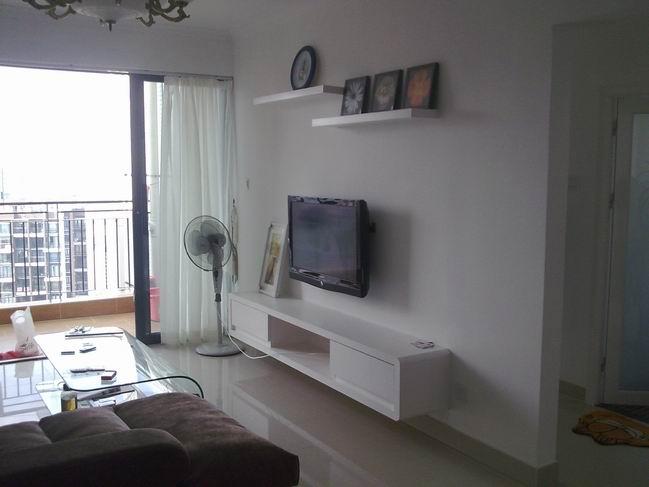 木工现场制作的电视柜和装饰层板,要比外面买的扎实耐用.