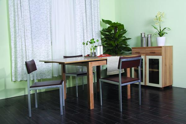 家具的实木楣条和实木拉手与板部件连接处都预留有伸缩缝,预防家具干