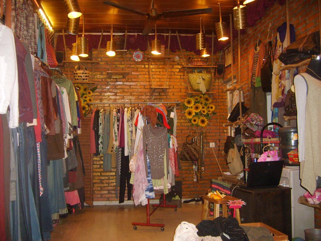 服装店租金1000元/月,小店装修独特并已经营多年,累积许多老顾客,因