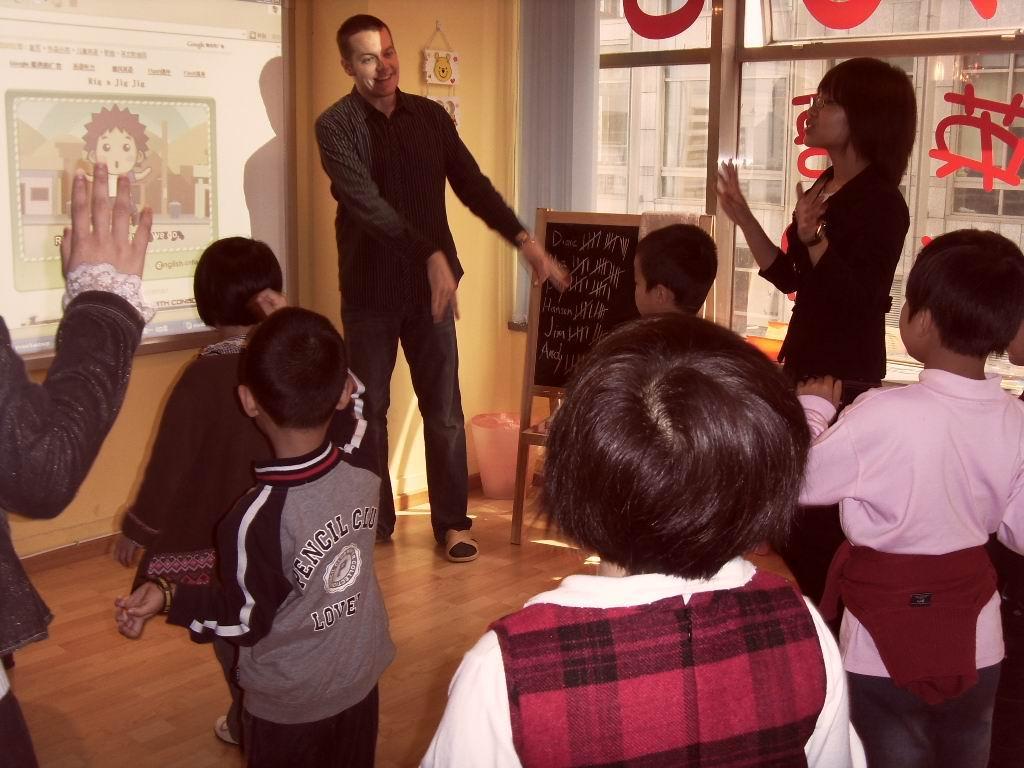 """这是由中外幼教专家倾力打造的一套多媒体幼儿英语教材。针对中国孩子的学习特点,提供最科学、实效、严谨的学习内容和教学模式。全套教材共分十册,适合2-7岁幼儿使用。(另外还包含小小班教材两册,适合小小班上、下学期使用。) 本套教材贴近幼儿生活,依据小熊Teddy的成长历程、生活情景展开""""主题故事""""式教学,72大教学主题,贴近幼儿生活,内容涉及水果、动物、身体、动作、数字、礼貌用语、食品、颜色、家庭、服装、形状、方位、房间、电器等方面;72个卡通故事,妙趣横生,72首歌曲及72个TPR歌谣,"""