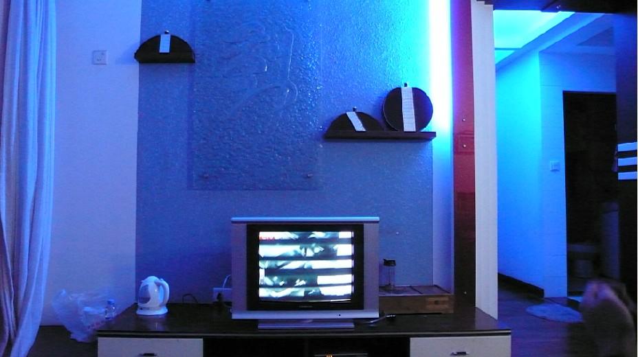 上邊是客廳白天的圖片,再來張晚上