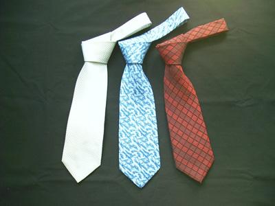 衬衫与领带的搭配是没有固定程式的.你可以尽情发挥,只求