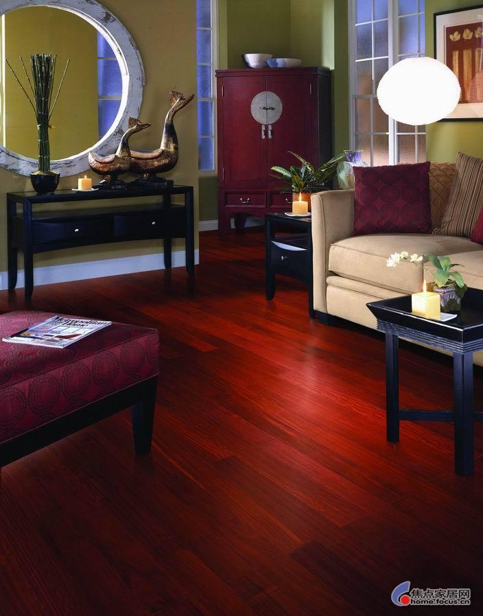 装修颜色搭配,关系到整体的装修效果;而地板占据地面的面积最大,在色彩搭配中扮演了重要的角色 选什么花色的地板才适合自己家?本帖以大量清晰的实景效果图供大家参考!依葫芦画瓢 木地板一般选用比较多的颜色有: 1、金黄色类 2、褐色类 3、橡木色类 4、红檀色类 5、柚木色类 6、棕色类 选用较少的颜色有: 1、茶色 2、黑色 3、胡桃木色 4、灰色 5、米白 6、米黄 7、紫色 8、竹纹色 9、杂草色 10、其他  比较百搭的颜色有: 1、金黄色 2、浅褐色 3、柚木色 4、橡木色  颜色搭配的原则是:(个人