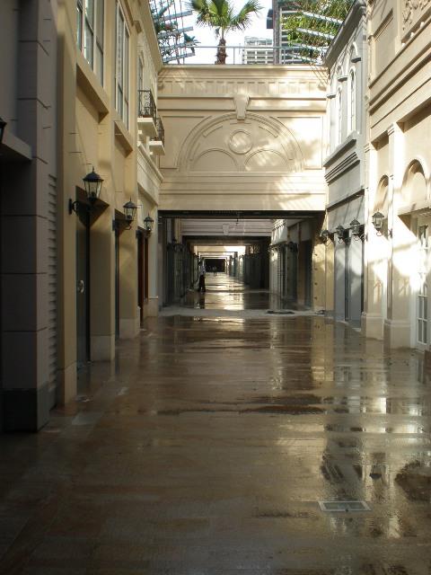 融合了纯正的欧式建筑文化内涵,是一条拥有丰富的异国情调的商业街.