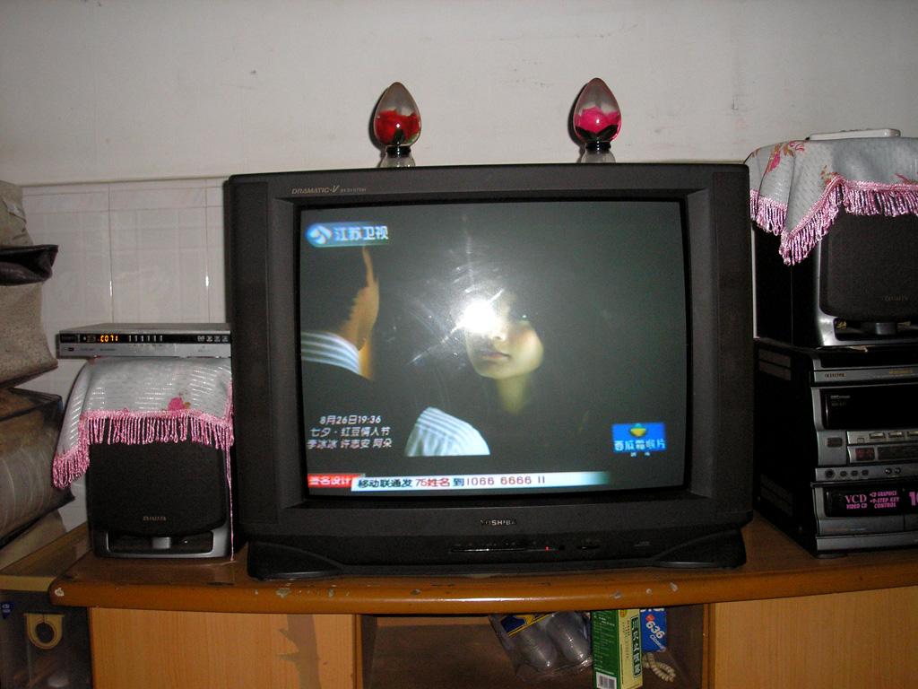 出售自用29寸东芝彩电300块,附送电视柜(东门老街)