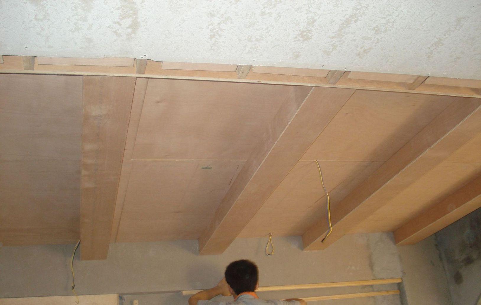 工人正在做餐厅造型背景墙