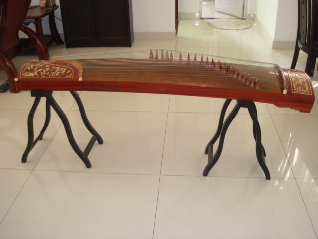 转让上海产敦煌牌双鹤朝阳古筝,送琴架,琴谱架,指甲