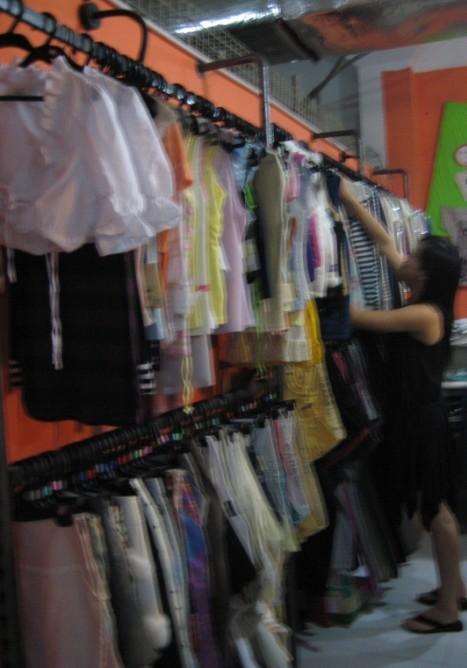 > 转让服装店欧式入墙货架 收银台 华丽窗帘 模特 镜子 可移动衣架