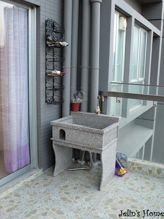 阳台的这个大理石的洗衣池,很好用哦,而且我接了冷热水,冬天也可以手