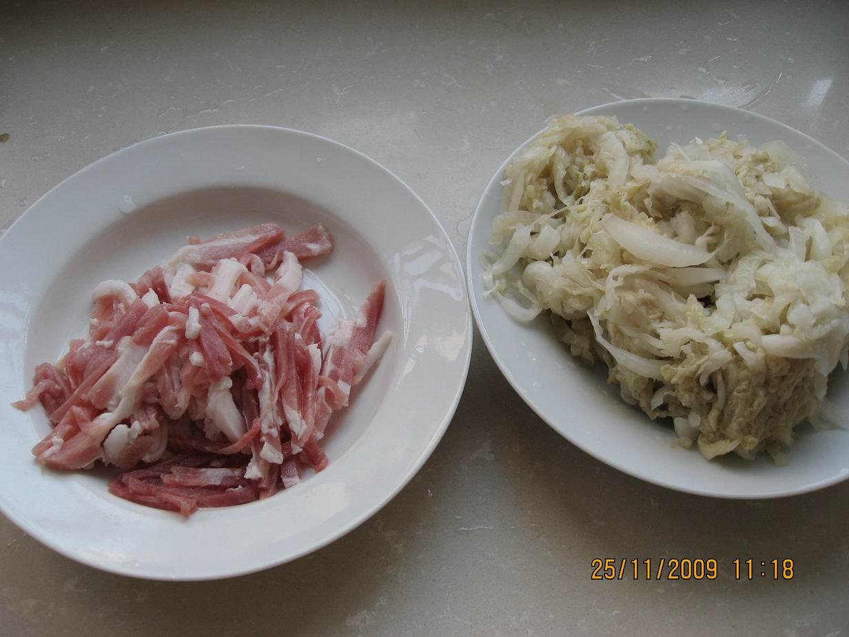 导读:酸菜腌制方法,酸菜的做法老坛酸菜吃得多,老坛芋荷吃过吗?(新鲜芋头叶子下面的梗,切段,用做酸菜的方法腌制出来就叫芋荷。),用油渣爆炒、焖煮,极品下饭菜!油渣,选用的是皮下脂肪去瘦肉去皮,切小块,小火煮15分钟左右出油,油质晶莹剔透,油渣金黄酥化!还记得小时候吃过的猪油炒饭吗?味道香,还很解馋【东北菜之酸菜炖豆腐】酸菜炖豆腐即是用酸菜、五花肉、豆腐(也可以是冻豆腐 )和粉条 一同炖制而  图:东北酸菜的腌制方法 也叫