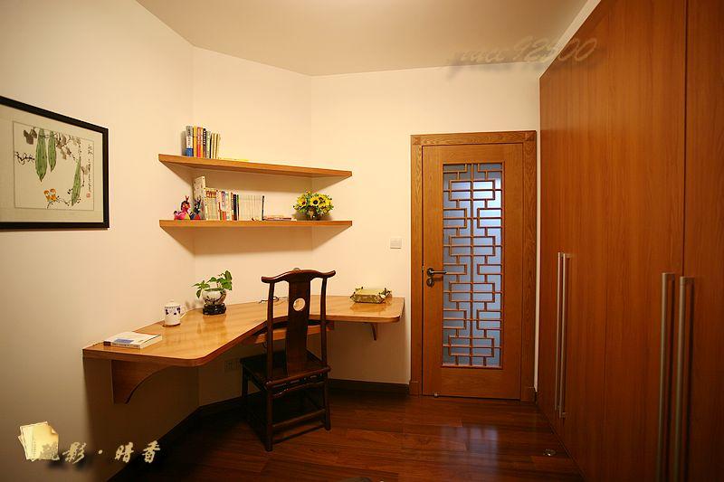 订做了整整一面墙的柜子,收纳功能强大;现场做的书桌设计成悬空,使整