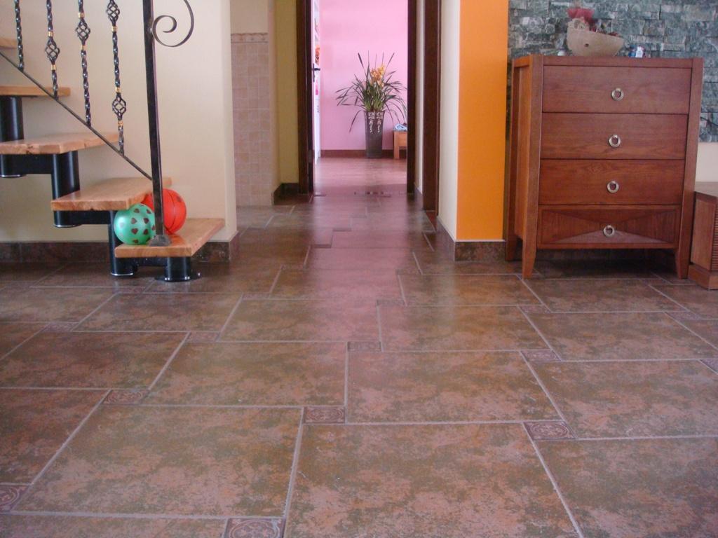 客厅的仿古地砖,房间的木纹地砖