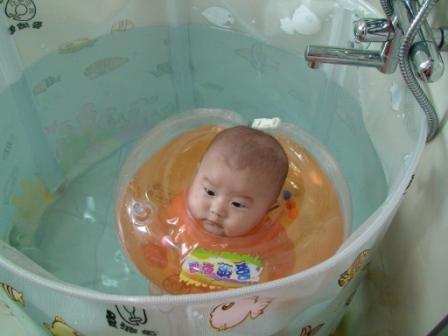 闲置转让:曼波鱼屋支架婴儿游泳池(配脖圈)
