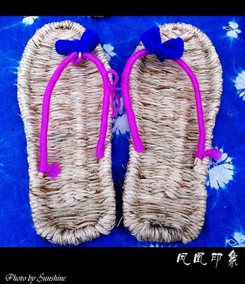 苗寨老人手工编织的草鞋