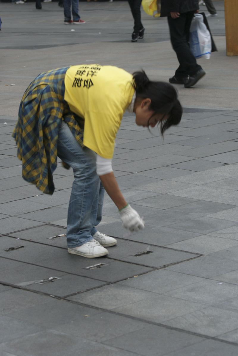 """由此可见丢垃圾的主流人群是男士"""" """"捡垃圾的过程中,有一个年轻的妈妈"""