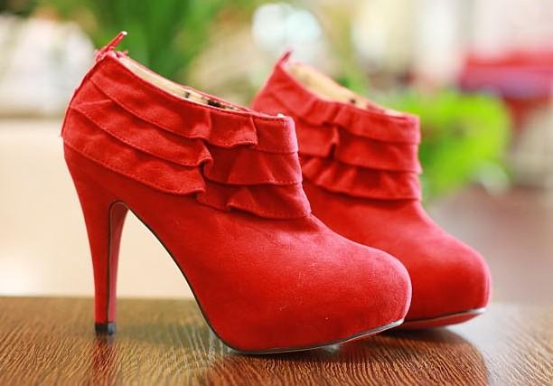 红色鞋子如何搭配衣服