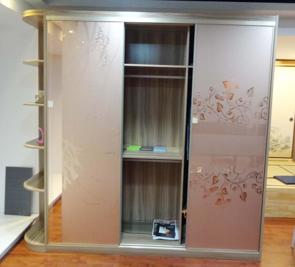 柜体是红枫木推拉门衣柜里面的中间的内部结构