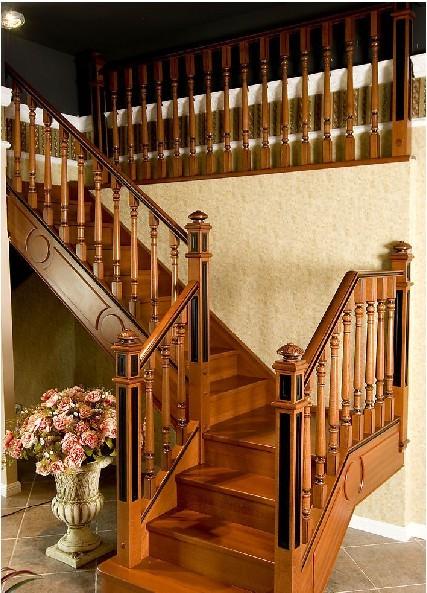 对于欧式风格而言,楼梯宜选手工木雕做护栏立柱