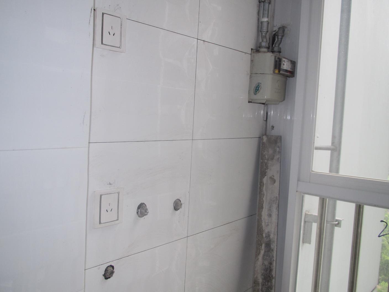 在生活阳台处预留了接水和接电的位置,准备放洗衣机和接热水器.