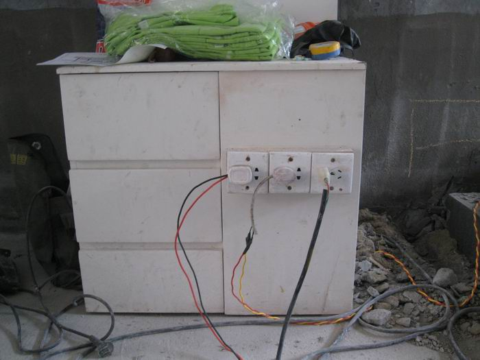 临时电箱:(在施工用电过程中万一电路