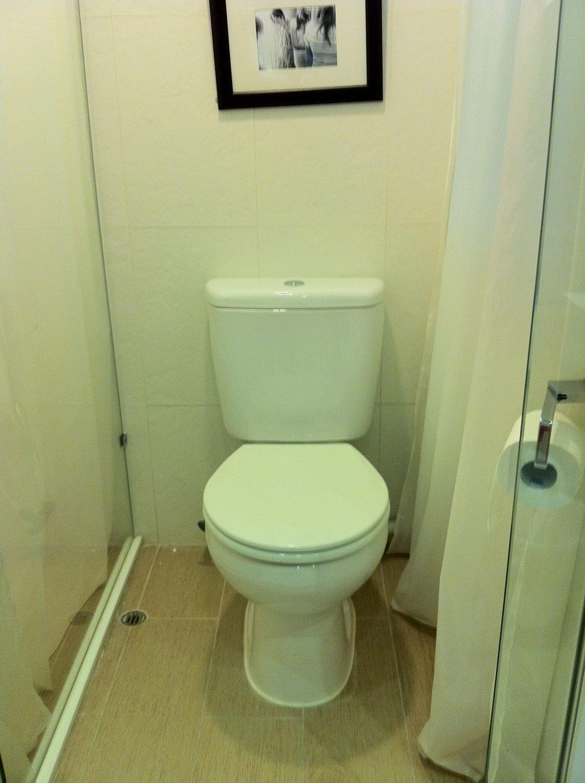 设计还是非常合理的,卫生间,玻璃隔间是冲凉房