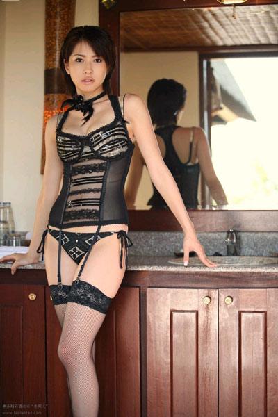 吊带黑网丝展示; 穿吊带蕾丝黑网袜的绝色美女