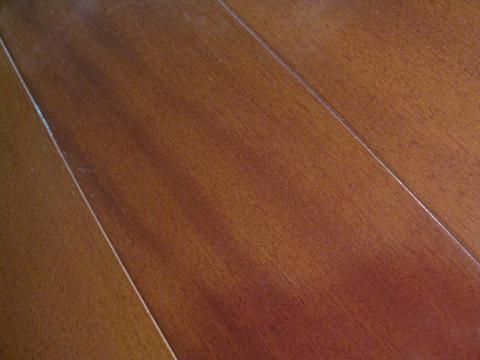 木地板接口开缝暂缓修补  木地板收缩,板缝加大,不同材质接口处开缝