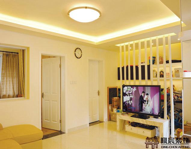 客厅,这样的电视背影墙见过吗?据说来源于一时的灵感,后面是书房.