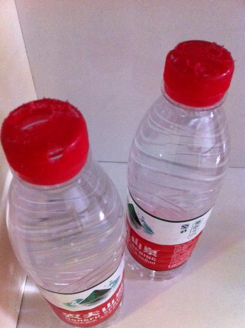 花城老鼠啃开三瓶矿泉水